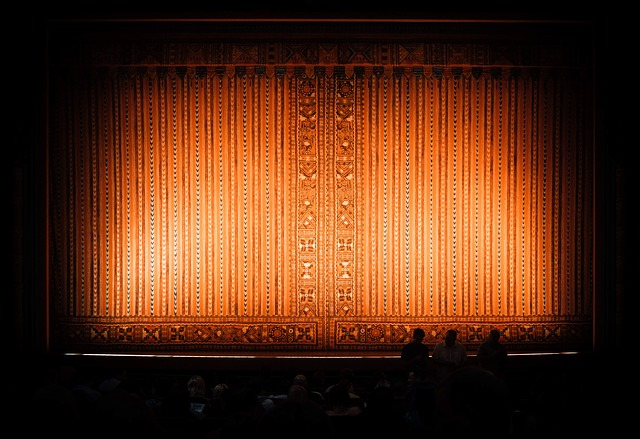 opona v divadle