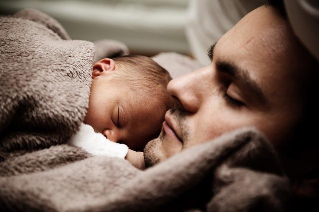 spánek na tatínkovi