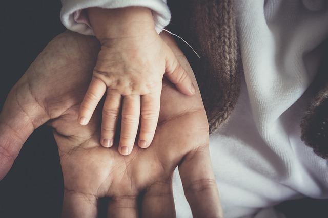 dětská ruka na dospělé