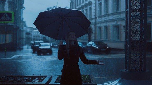 žena s deštníkem