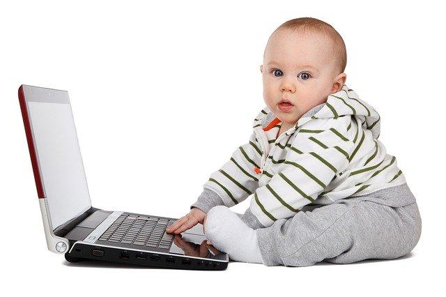 dítě s počítačem (začínáme se učit už v dětství)