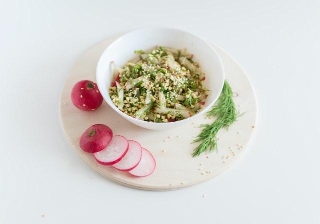 zdravé jídlo v misce, výhonky, zelenina